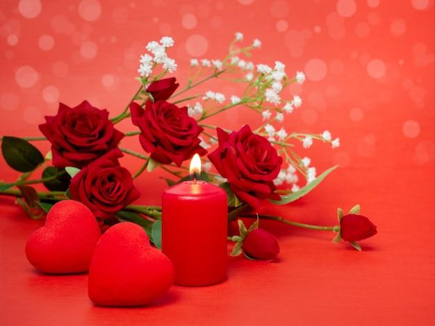 キャンドル、ハート、そして休日の美しいバラ。バレンタインデー、母の日、誕生日のお祝いのコンセプト。