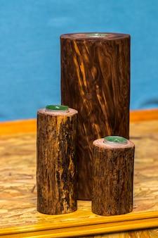 ロマンチックな背景に木製の燭台でキャンドル。