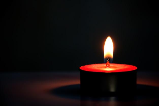 Свеча на темном фоне
