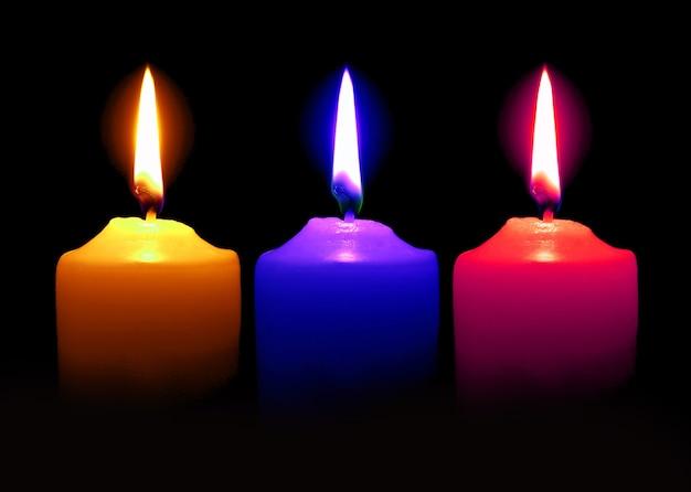 어두운 표면 위에 촛불 오렌지 핑크 블루 색상