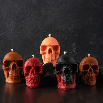 검정색 배경에 촛불 해골입니다. 구색의 다양한 색상.