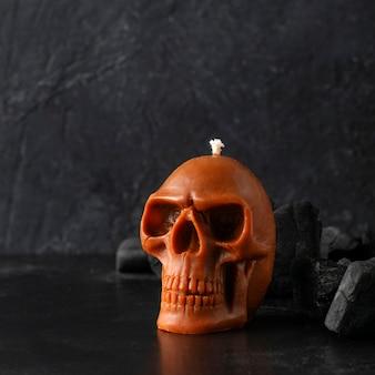 검정색 배경에 촛불 해골입니다.