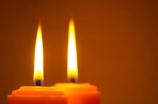 Свечи фона в ночное время, свет для любви и религии концепции, ночной и светлый фон