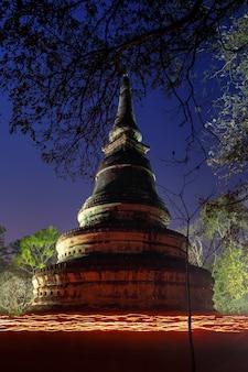 Шествие при свечах (вена тянь) в день маха буча в храме ват умонг суан путхатхам
