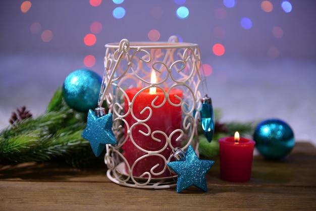明るい背景にキャンドルとクリスマスの装飾