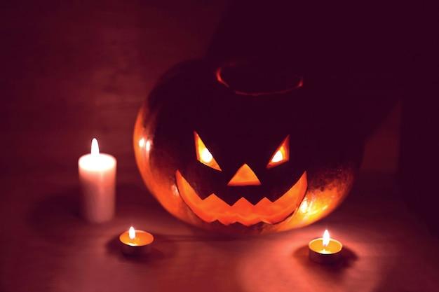 Свечи и тыква на хэллоуин в тесной комнате. фото с копией пространства.