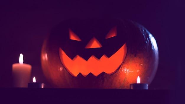 Свечи и тыква на хэллоуин на темном фоне