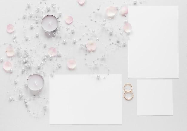 キャンドルと結婚式の招待状