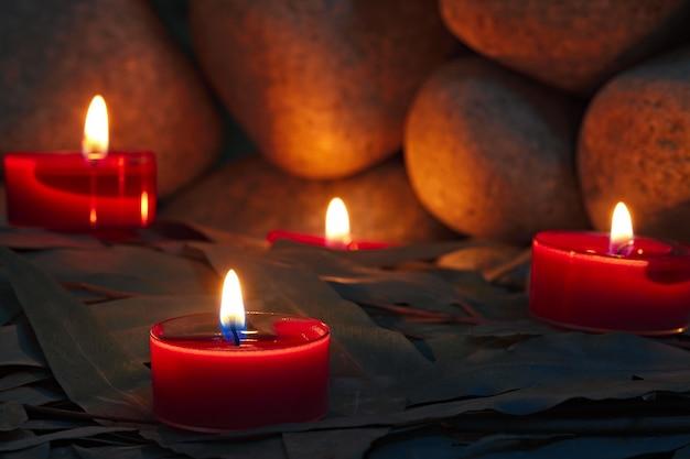 サウナストーンの背景にキャンドルが灯されています。銭湯の準備