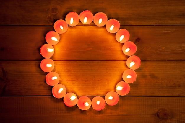 Свечи в форме сердца на теплом золотом дереве