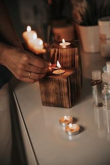 나무 촛대 휴식에 촛불