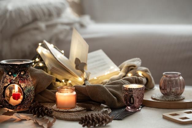 ローソク足、本、セーター、花輪のキャンドル。ホーム秋のコンセプトコピースペース。
