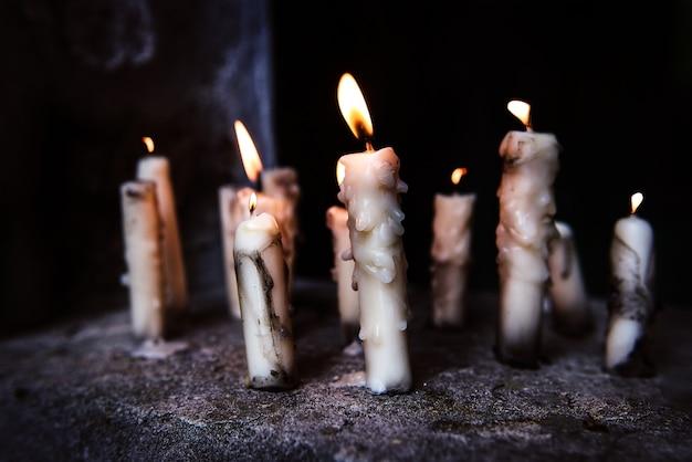 밤에 묘지의 무덤에서 바람에 촛불