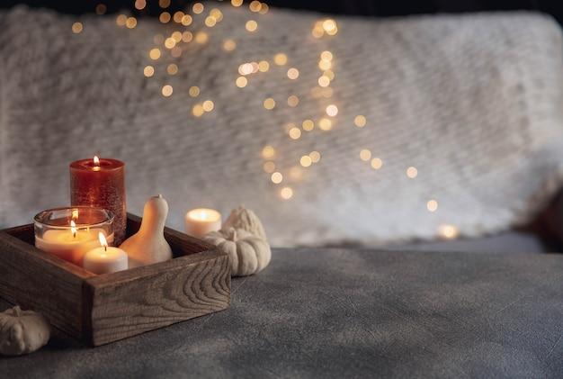 灰色の白い背景で隔離の木製の箱のキャンドル。ガーランドライト。家の雰囲気と快適さ、休日、ロマンチックなデート、冬、家の快適さ、屋内、クリスマスまたは新年の概念。
