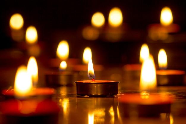 Свечи выбирают фокус, черный фон