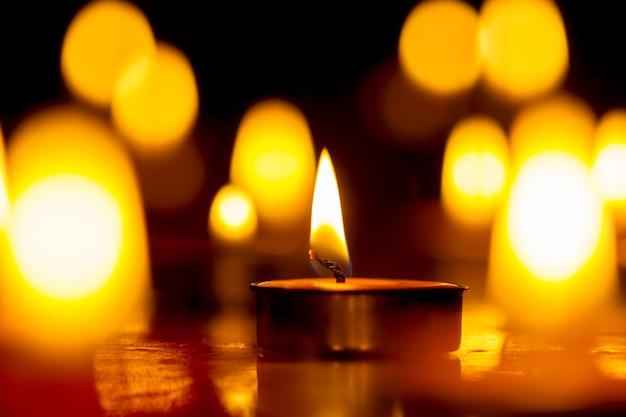 Свечи выбирают фокус, черный фон.