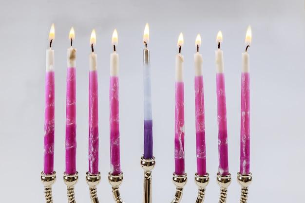 キャンドルメノラーハヌカとユダヤ教の祝日伝統的な燭台とキャンドル
