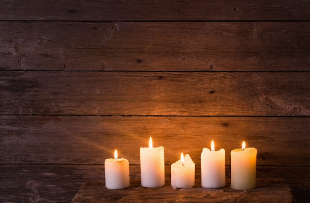 오래 된 나무 공간에 촛불