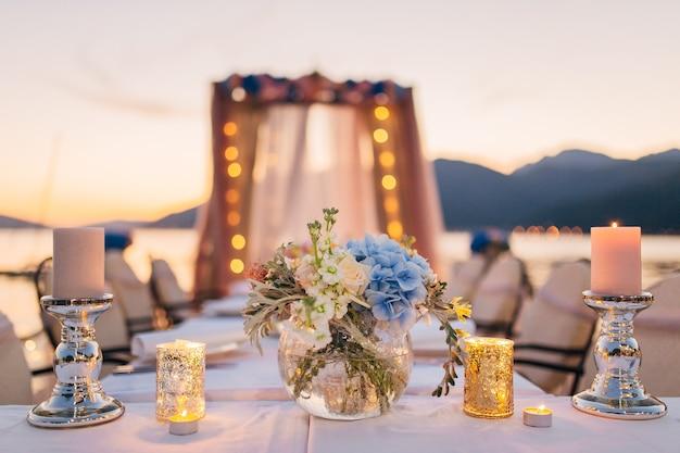 宴会での結婚式のテーブルのキャンドル