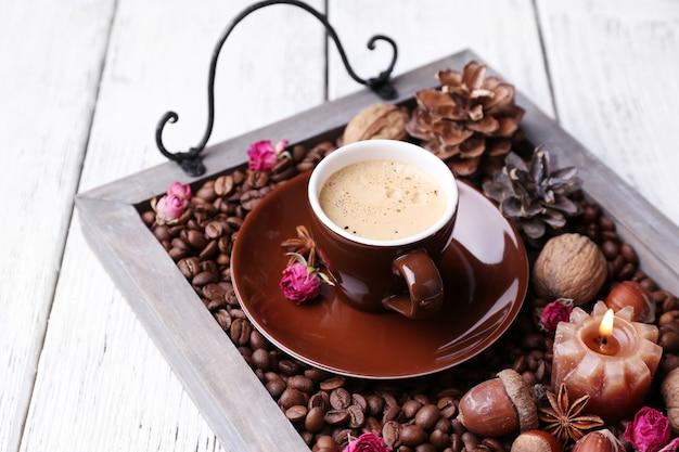 커피 곡물과 향신료, 차 한잔과 함께 빈티지 트레이에 촛불