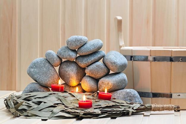 キャンドル、サウナ用の石、バスアクセサリー。