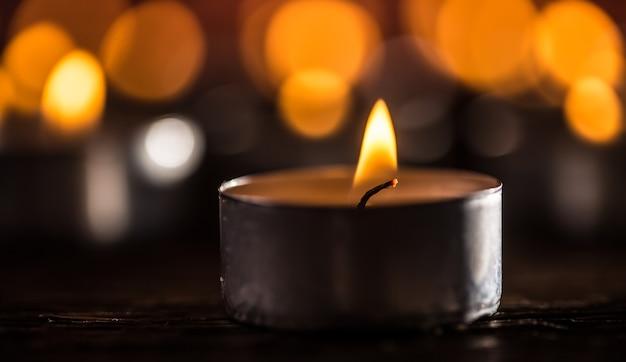 밤에 불타는 장례식 종교적인 크리스마스 스파 생일 영성 평화를 상징하는 양초