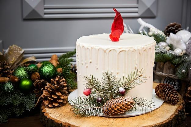 Рождественский торт в форме свечи из бисквитных коржей с медовой сметаной и малиновым конфи