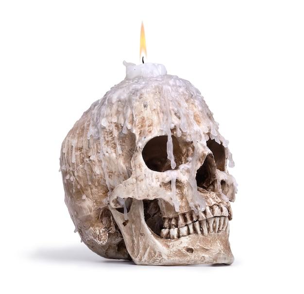 白で隔離される人間の頭蓋骨からの燭台