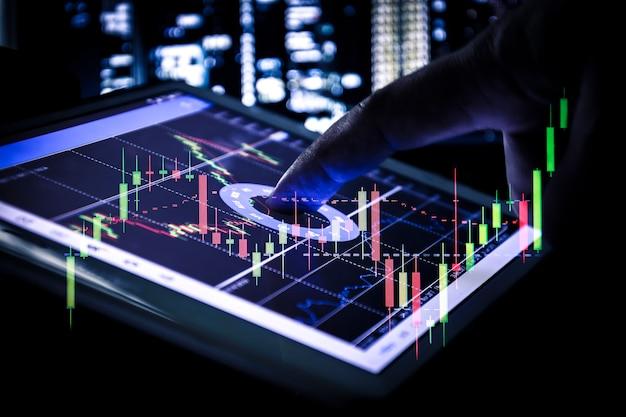 태블릿, 비즈니스 및 금융 개념에 촛대 그래프