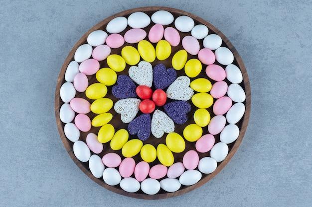 대리석 테이블에 둥근 쟁반에 사탕과 쿠키.