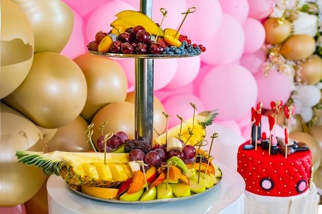 お祝いのための若い女の子の誕生日のための口紅とハートで飾られたキャンディーバー