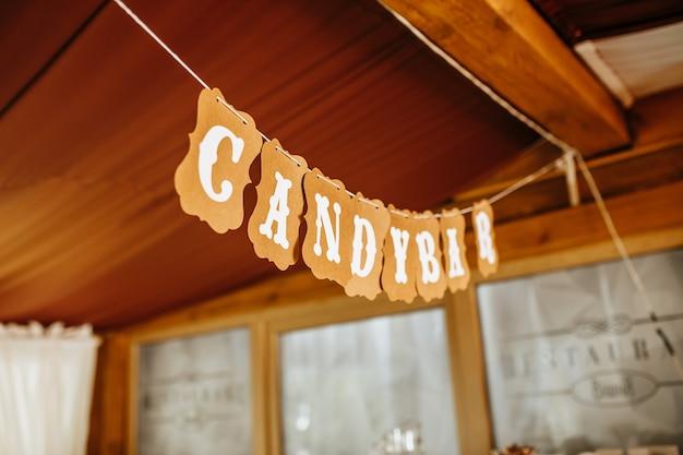 紙の花輪の結婚式の宴会でキャンディーバー