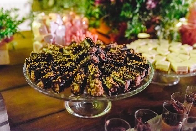 맛있는 건강에 해로운 디저트로 가득 찬 캔디 바 연회.