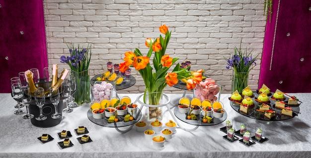 Конфеты, вкусные фруктовые десерты в ресторане