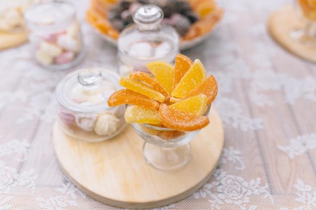 キャンディーバー。カップケーキとおいしい甘いビュッフェ。カップケーキやその他のデザートを使った甘いホリデービュッフェ。