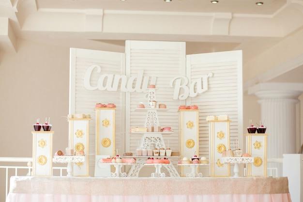 キャンディーバー。カップケーキとおいしい甘いビュッフェ