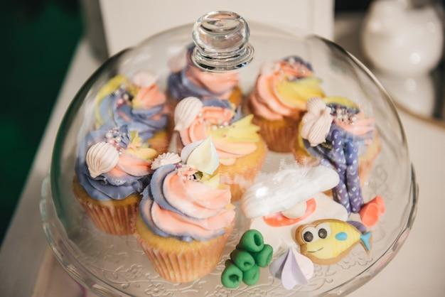 あなたの誕生日のためのキャンディーバー。自然の中での子供のパーティー。美しい甘いカップケーキ