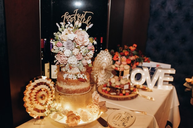 Конфеты в стиле кантри и подаются с вкусными макаронами и свадебным тортом