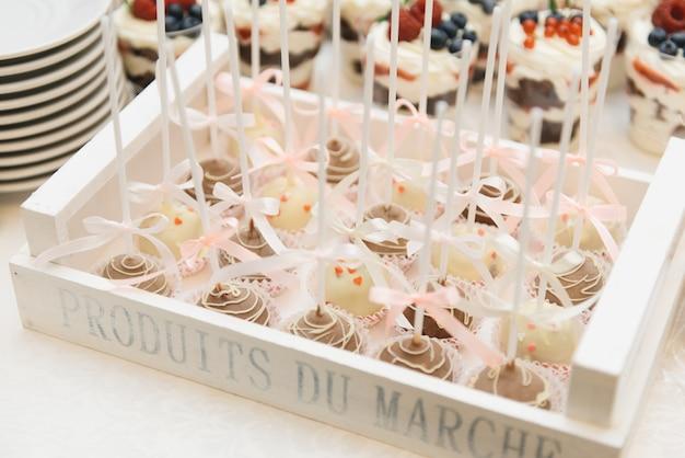 子供の誕生日パーティーのためのスティックケーキのキャンディーバー