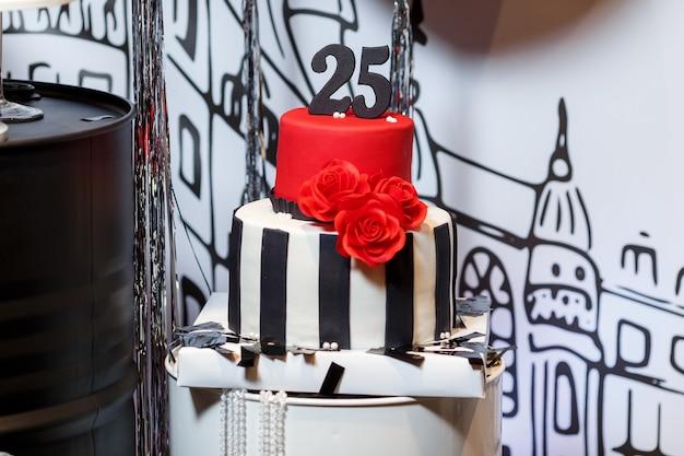 Конфеты-бар на женском дне рождения с большим тортом