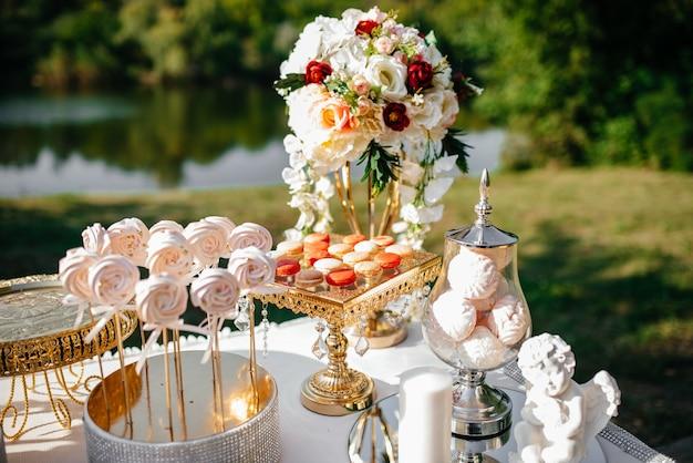 Конфета, шоколадный батончик. стол со сладостями, конфетами, десертом