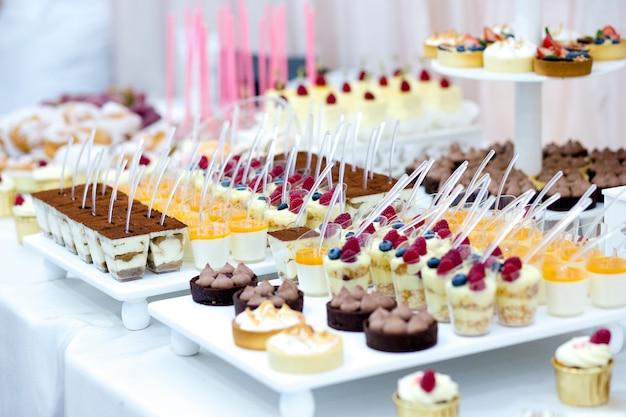 マカロン、ケーキ、ポップポップのキャンディーバーをクローズアップ。