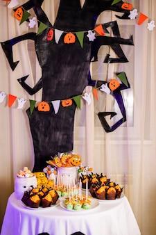 ハロウィーンのお祝いのためのスイーツとキャンディーバー