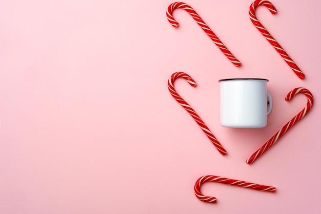 분홍색 배경 평면도 평면 누워 사탕 지팡이