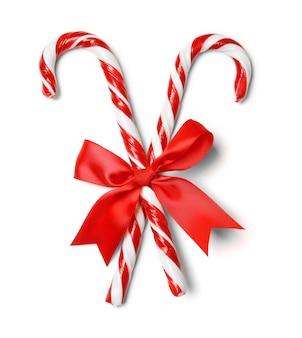 白い表面に赤い弓を持つキャンディケイン