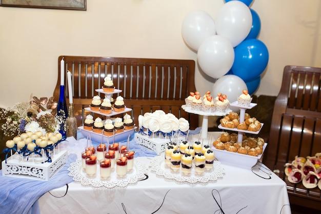 キャンディー、チョコレートバー。結婚披露宴用のさまざまなお菓子のテーブル