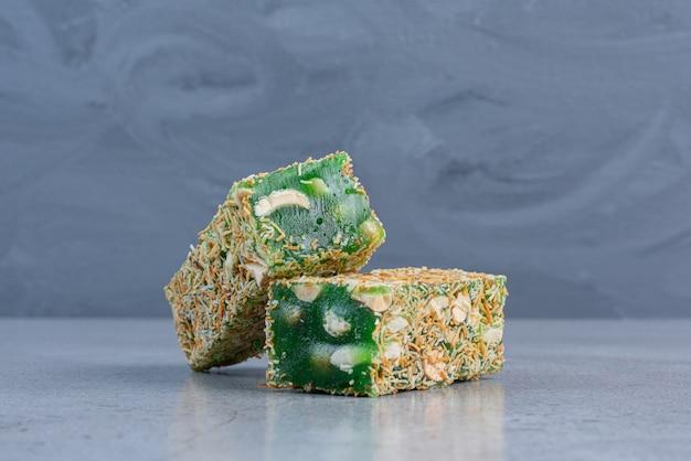 大理石の背景にキャンディーでコーティングされたトルコ菓子。