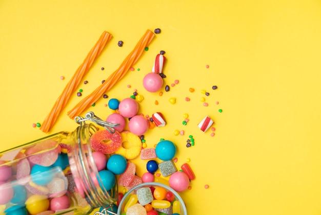 テーブルの上に転倒キャンディー瓶