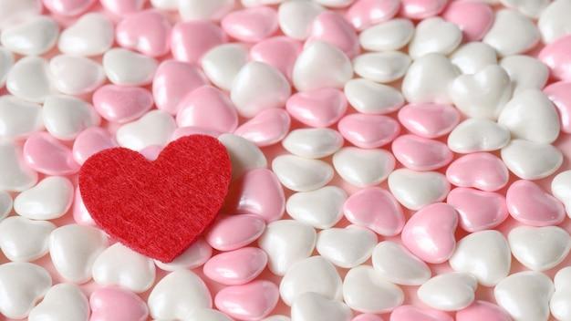 붉은 마음으로 분홍색과 흰색 색상의 사탕 발렌타인 마음. 발렌타인 데이 배경입니다.