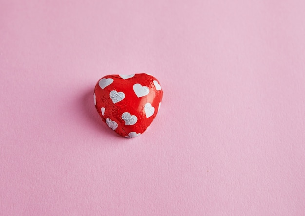 분홍색 표면에 마음으로 사탕